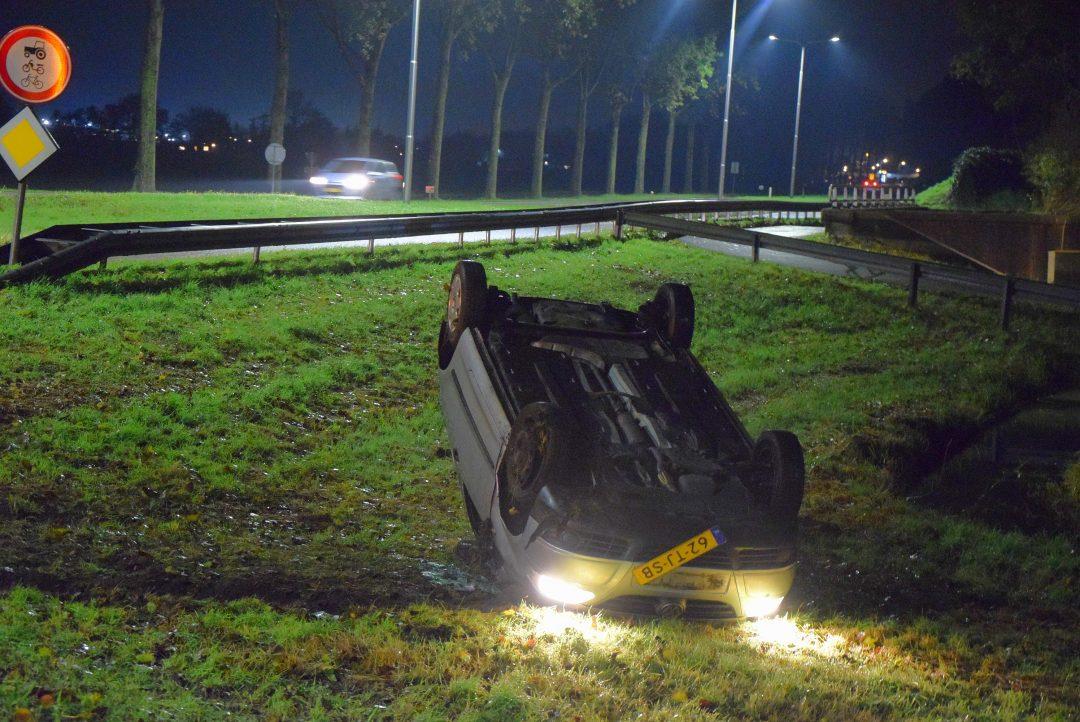 Eenzijdig ongeval legt auto op zijn dak in Zoeterwoude - Sleutelstad