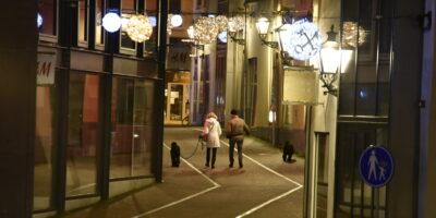 Mensen laten hun hond uit tijdens de avondklok