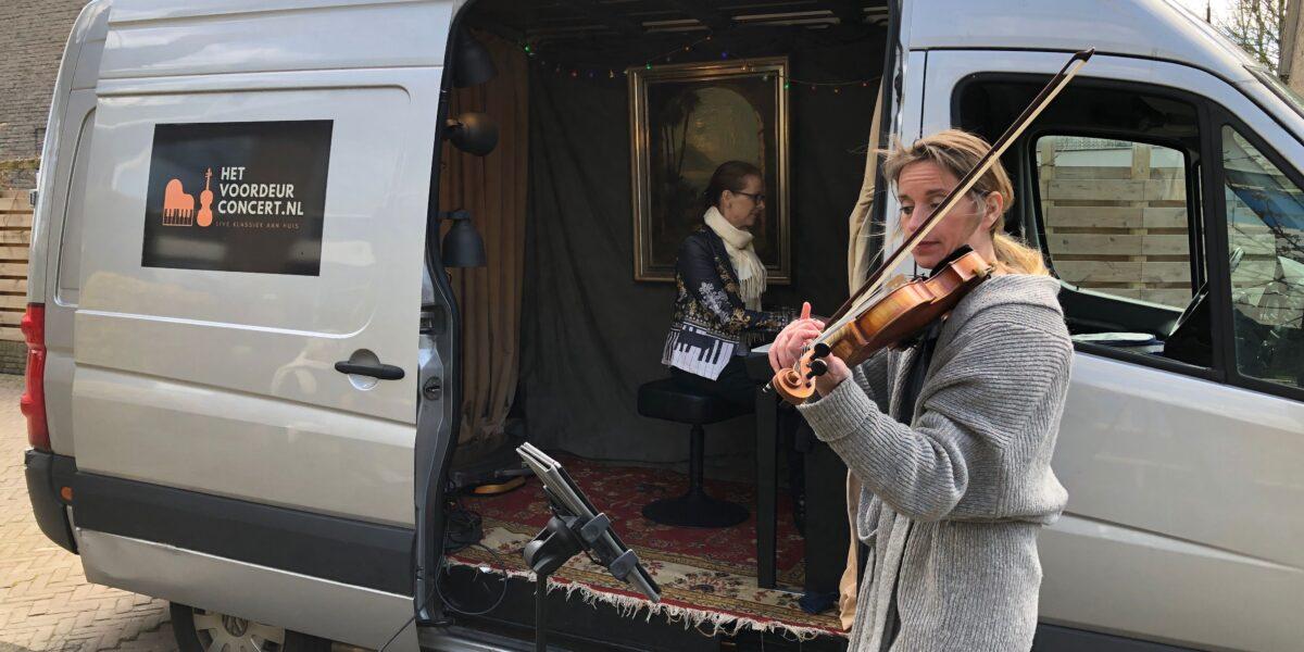 Klassiek duo geeft live concertjes aan Leidse voordeuren - Sleutelstad