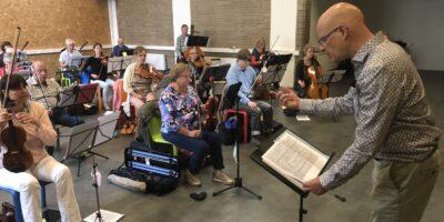 Martin van Brugge Leidse dirigent met oorsuizen